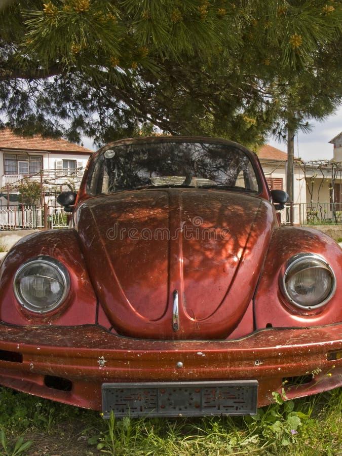 Παλαιό κόκκινο αυτοκίνητο - κάνθαρος εμπορικών σημάτων στοκ φωτογραφία με δικαίωμα ελεύθερης χρήσης