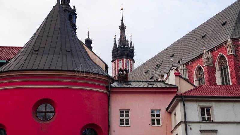 Παλαιό, κόκκινο ηλικίας κτήριο στην καρδιά της Κρακοβίας, Πολωνία στοκ εικόνα