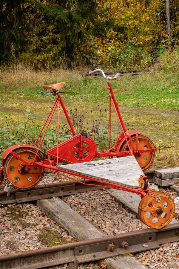 Παλαιό κόκκινο draisine που στέκεται σε μια διαδρομή σιδηροδρόμου στοκ εικόνες με δικαίωμα ελεύθερης χρήσης