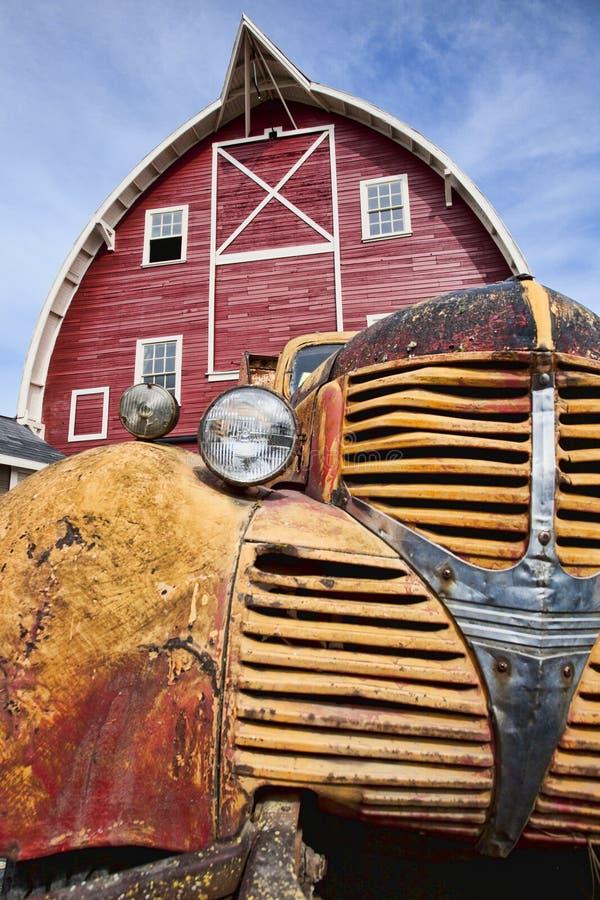 παλαιό κόκκινο truck σιταποθηκών στοκ φωτογραφία