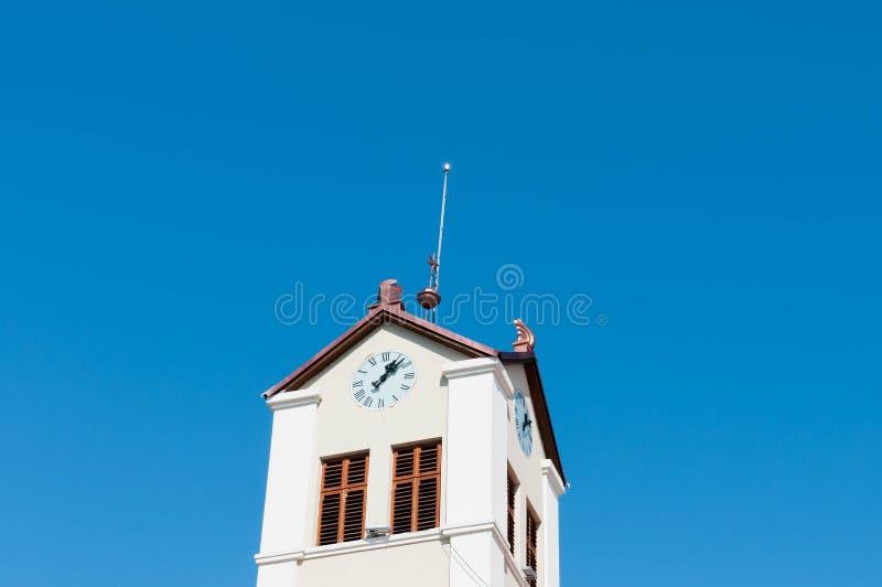 Παλαιό λειτουργικό ρολόι στην ιστορική στέγη κτηρίων, στοκ εικόνες με δικαίωμα ελεύθερης χρήσης