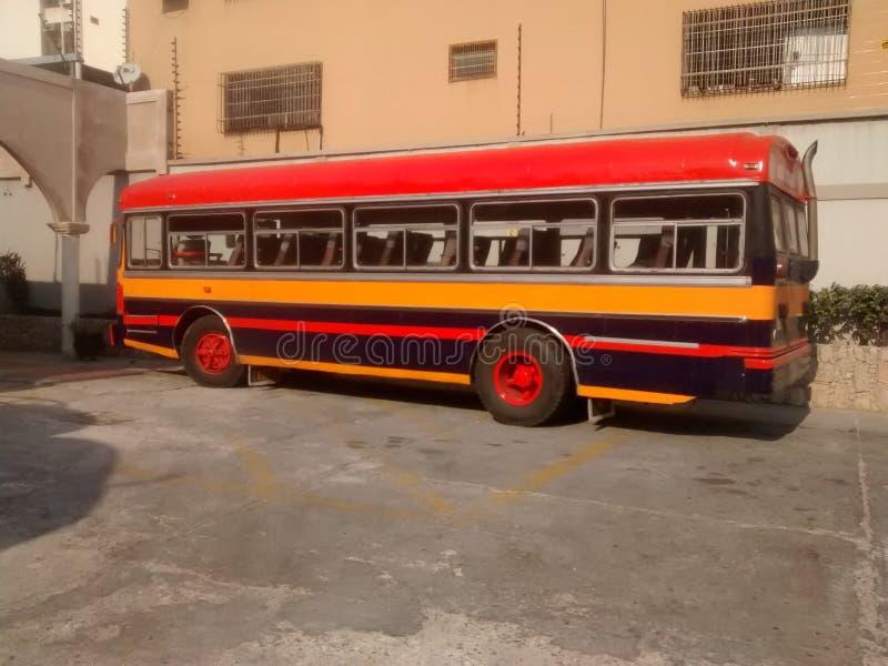 Παλαιό λεωφορείο των πολλαπλάσιων χρωμάτων που σταθμεύουν χωρίς ανθρώπους εν πλω στοκ φωτογραφίες