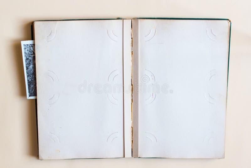 Παλαιό λεύκωμα φωτογραφιών με την ανοικτή σελίδα με τα πλαίσια και τις φωτογραφίες r στοκ εικόνα με δικαίωμα ελεύθερης χρήσης