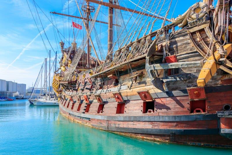 Παλαιό λιμάνι με ένα αντίγραφο ενός ιστορικού σκάφους πειρατών στη Γένοβα στοκ εικόνα