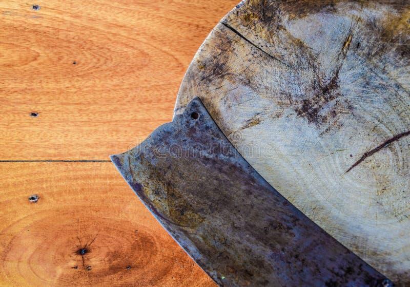 Παλαιό μαχαίρι που τοποθετείται στον παλαιό τέμνοντα πίνακα για τον τεμαχισμό του κρέατος ή των λαχανικών στοκ εικόνα