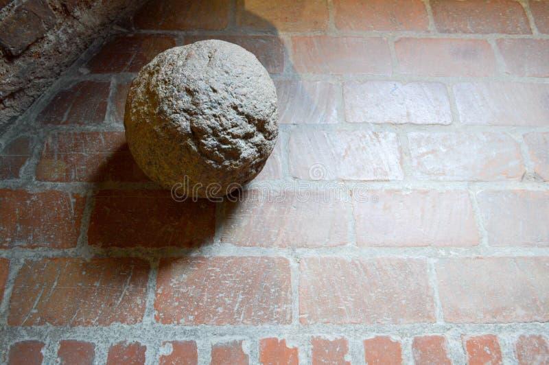 Παλαιό μεγάλο αρειανό στρογγυλό σφαιρικό cannonball σιδήρου πετρών αρχαίο μεσαιωνικό στοκ εικόνες
