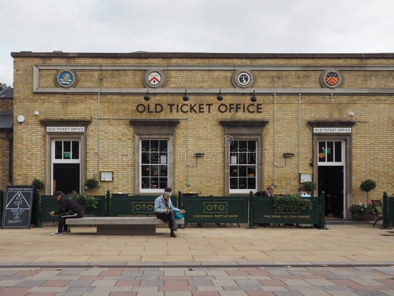 Παλαιό μπαρ γραφείων εκδόσεως εισιτηρίων σιδηροδρομικών σταθμών του Καίμπριτζ στοκ εικόνες