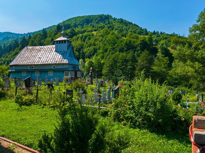 Παλαιό νεκροταφείο κοντά στην του χωριού ξύλινη εκκλησία Carpathians στο βουνό στοκ εικόνες με δικαίωμα ελεύθερης χρήσης
