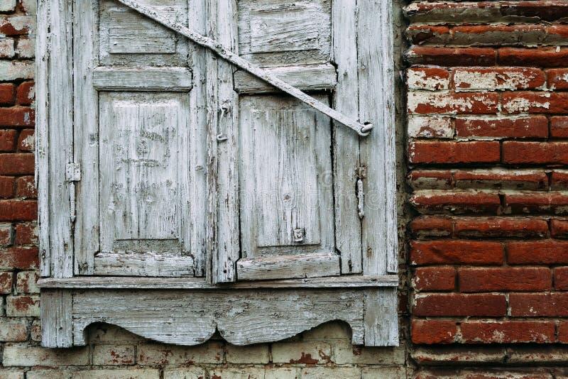 Παλαιό ξύλινο άσπρο παράθυρο που καταστρέφεται μέχρι το χρόνο κόκκινο με την άσπρη ένωση στοκ εικόνες με δικαίωμα ελεύθερης χρήσης