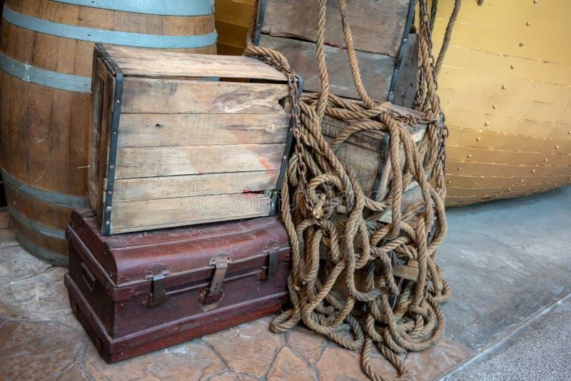 Παλαιό ξύλινο κλουβί στο σκουριασμένο στήθος μετάλλων για την εκλεκτής ποιότητας διακόσμηση στοκ εικόνες με δικαίωμα ελεύθερης χρήσης