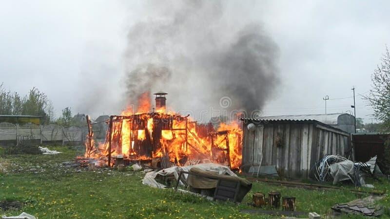 Παλαιό ξύλινο κτήριο στις φλόγες στοκ φωτογραφίες με δικαίωμα ελεύθερης χρήσης