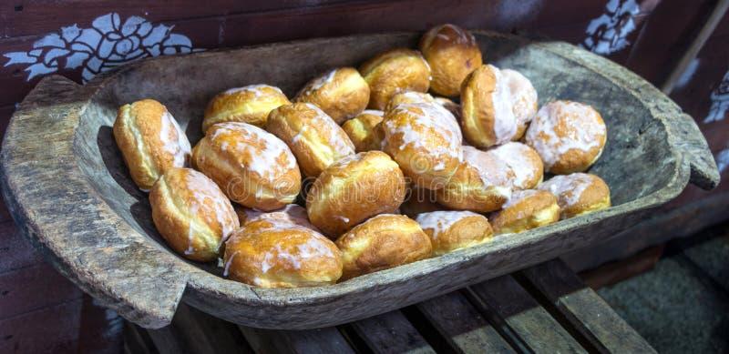 Παλαιό ξύλινο κύπελλο και βερνικωμένος donuts στοκ εικόνα με δικαίωμα ελεύθερης χρήσης