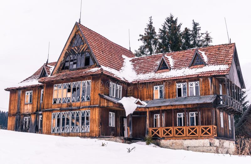 Παλαιό ξύλινο ξενοδοχείο στα Καρπάθια βουνά Ταξίδι στην Ανατολική Ευρώπη στοκ φωτογραφία με δικαίωμα ελεύθερης χρήσης