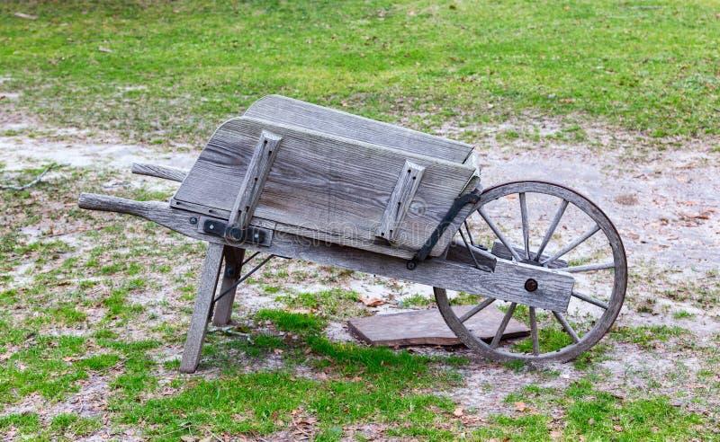 Παλαιό ξύλινο Wheelbarrow στοκ εικόνες με δικαίωμα ελεύθερης χρήσης