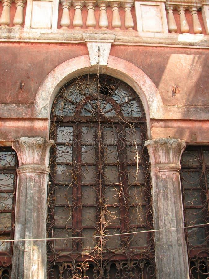 Παλαιό παράθυρο με κεραμωμένη την τερακότα στέγη Αρχιτεκτονικές λεπτομέρειες από Goa, Ινδία στοκ εικόνα
