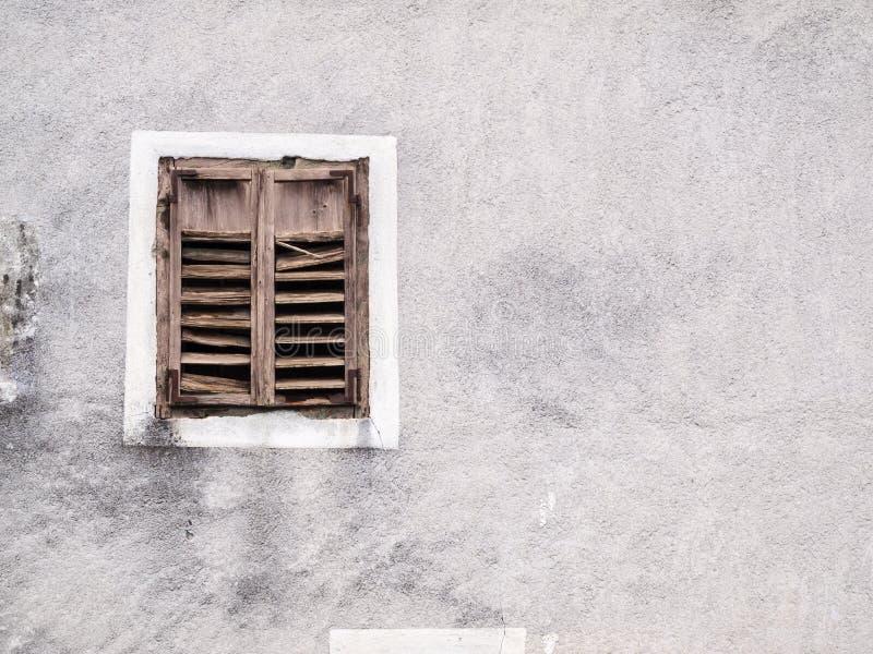 Παλαιό παράθυρο με τα ξεπερασμένα παραθυρόφυλλα στοκ εικόνες