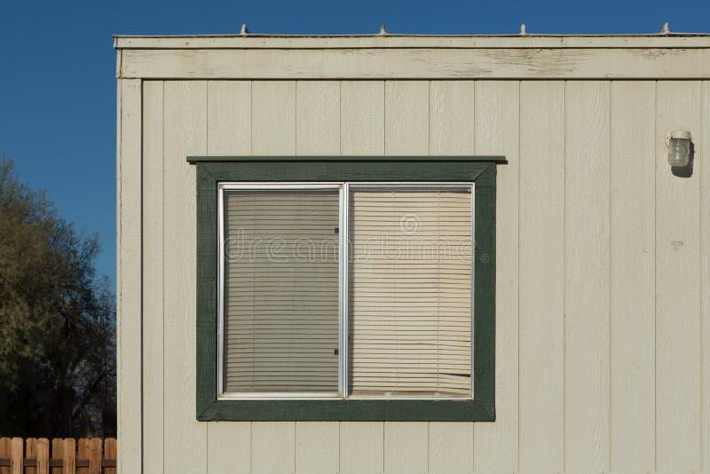 Παλαιό παράθυρο με τους πλαστικούς τυφλούς παραθύρων στοκ εικόνα με δικαίωμα ελεύθερης χρήσης