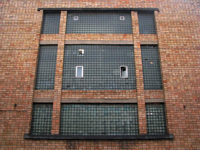 Παλαιό παράθυρο οικοδόμησης σοφιτών εργοστασίων Gigant στο στερεό τούβλινο ι στοκ φωτογραφία με δικαίωμα ελεύθερης χρήσης