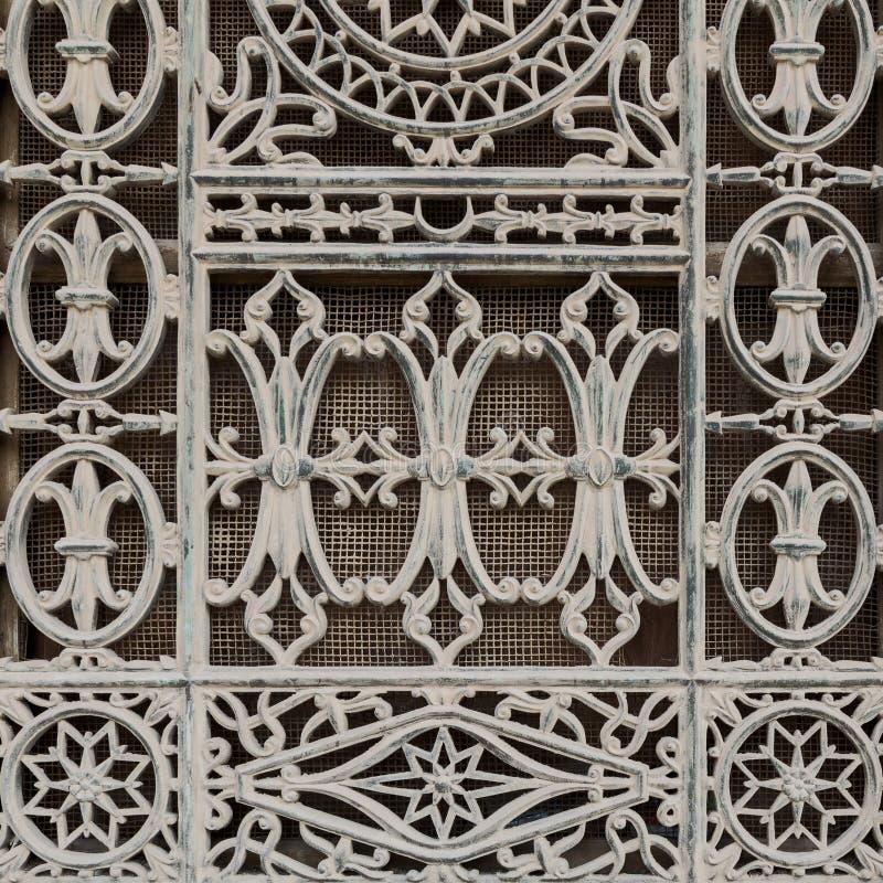 Παλαιό παράθυρο Grunge που διακοσμείται με τα floral σχέδια σιδήρου στοκ εικόνα με δικαίωμα ελεύθερης χρήσης