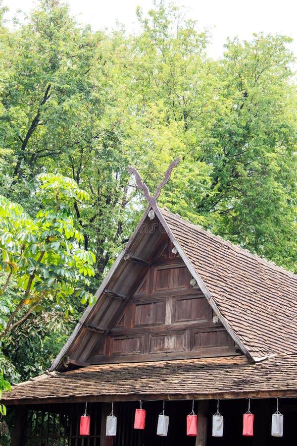 Παλαιό παραδοσιακό ξύλινο teak σπίτι στα ξυλοπόδαρα σε Chiang Mai Thaila στοκ φωτογραφία