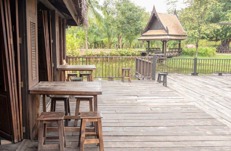 Παλαιό παραδοσιακό σπίτι στο ταϊλανδικό ύφος με το ξύλινο περίπτερο στοκ φωτογραφία