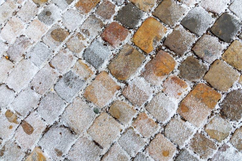 Παλαιό πεζοδρόμιο πετρών που καλύπτεται με το χιόνι το χειμώνα στοκ εικόνα με δικαίωμα ελεύθερης χρήσης