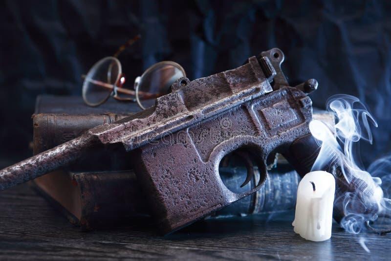Παλαιό πιστόλι κοντά στο κερί στοκ φωτογραφία με δικαίωμα ελεύθερης χρήσης