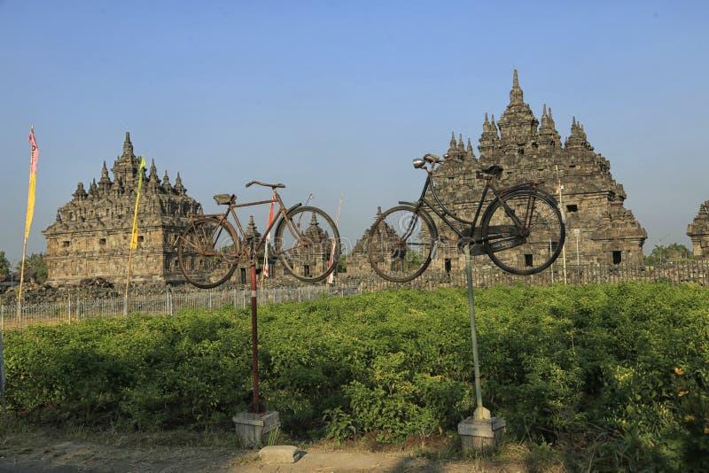 Παλαιό ποδήλατο μπροστά από το ναό Plaosan στοκ φωτογραφίες