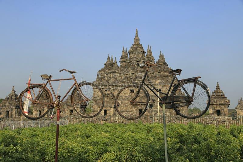 Παλαιό ποδήλατο μπροστά από το ναό Plaosan στοκ φωτογραφία