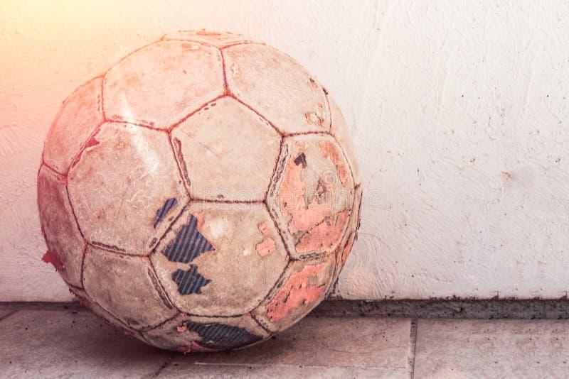 Παλαιό ποδόσφαιρο μ ` yach που στέκεται στο έδαφος, ποδόσφαιρο οδών στοκ φωτογραφίες