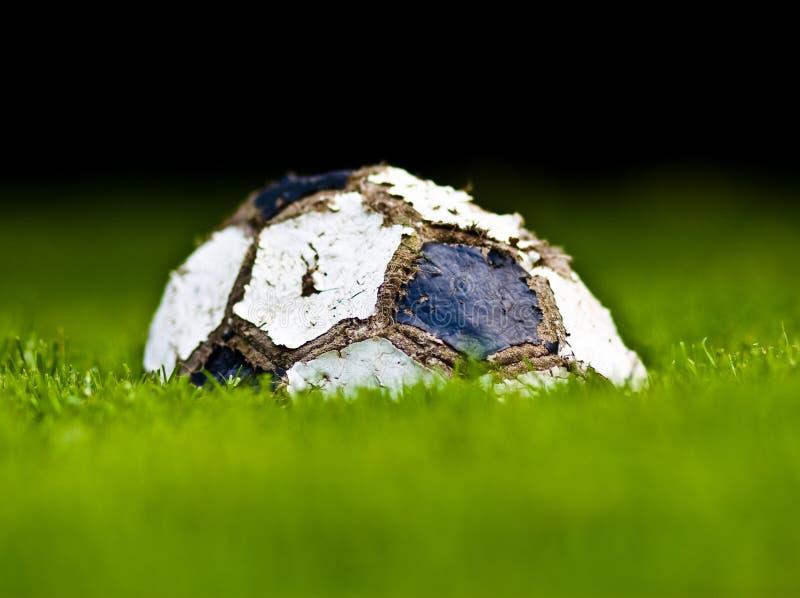 παλαιό ποδόσφαιρο χλόης σφαιρών στοκ φωτογραφία