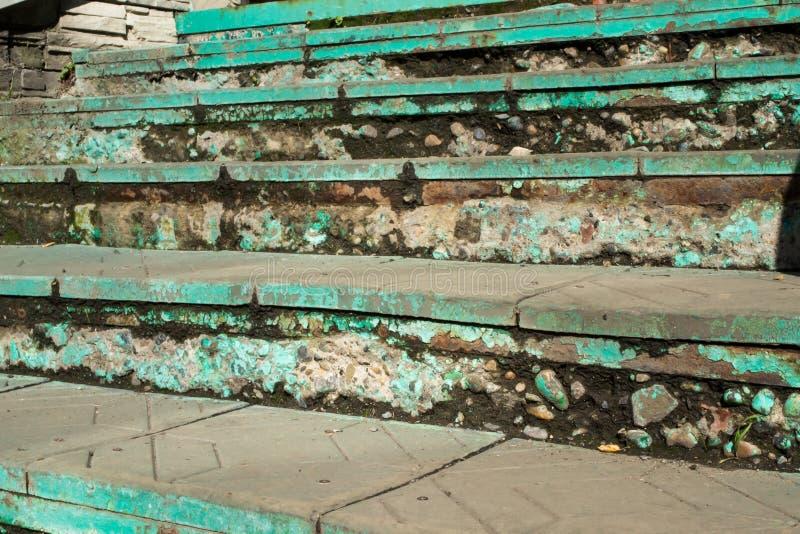 Παλαιό πράσινο χρώμα σε μια μειωμένη σκάλα στοκ φωτογραφία με δικαίωμα ελεύθερης χρήσης