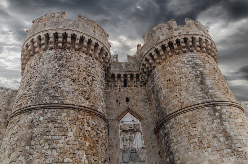 Παλαιό πόλης κάστρο τη νύχτα με τον πύργο δύο του ελληνικού παλαιού κάστρου της Ρόδου στοκ εικόνα με δικαίωμα ελεύθερης χρήσης