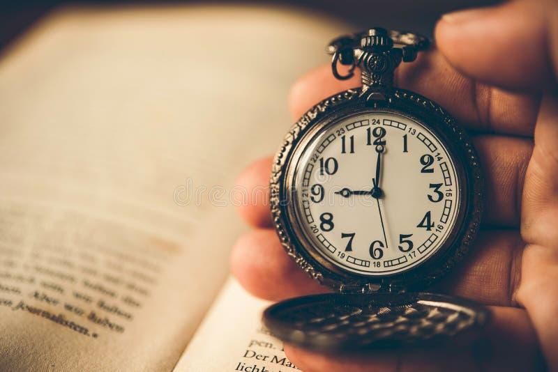 Παλαιό ρολόι υπό εξέταση στοκ εικόνα με δικαίωμα ελεύθερης χρήσης