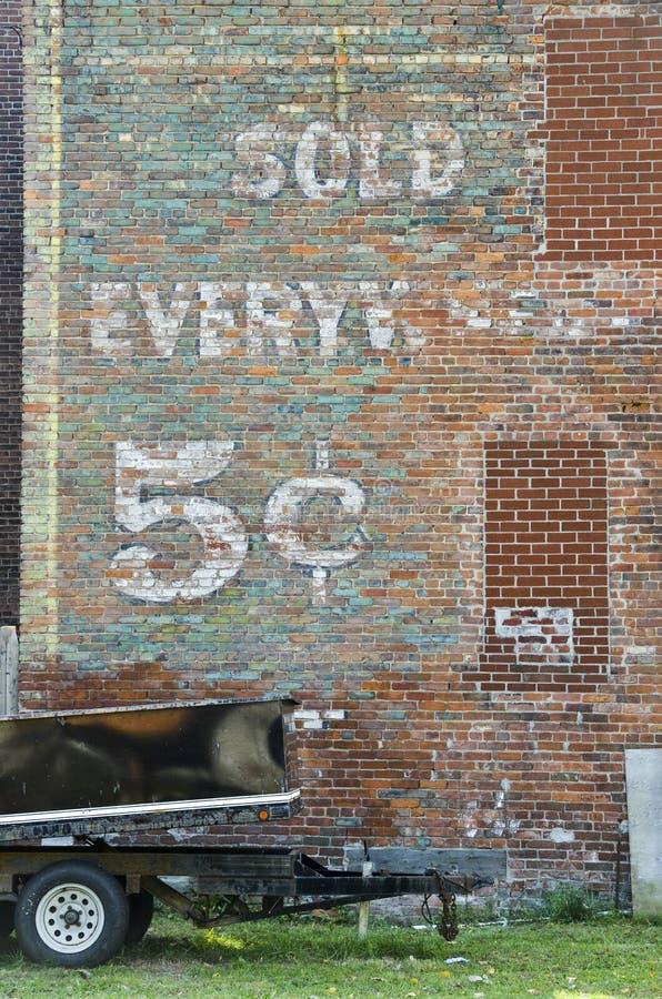 Παλαιό σημάδι που χρωματίζεται στον εξωτερικό τουβλότοιχο στοκ εικόνες με δικαίωμα ελεύθερης χρήσης