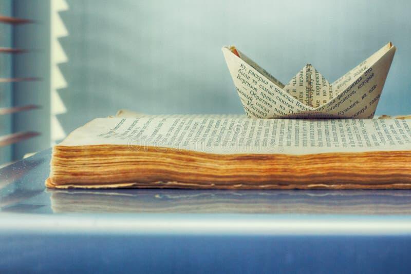 Παλαιό σκάφος βιβλίων και εγγράφου των λέξεων στοκ φωτογραφίες