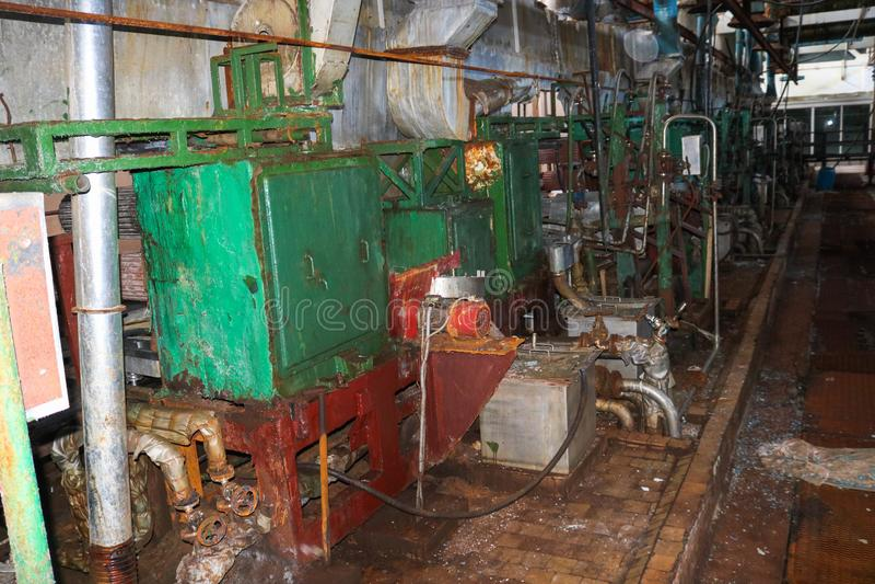Παλαιό σκουριασμένο κλειστό ξεφλουδίζοντας κατάστημα σε εγκαταλειμμένες βιομηχανικές ξεπερασμένες χημικές πετροχημικές εγκαταστάσ στοκ εικόνες