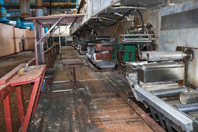 Παλαιό σκουριασμένο κλειστό ξεφλουδίζοντας κατάστημα σε εγκαταλειμμένες βιομηχανικές ξεπερασμένες χημικές πετροχημικές εγκαταστάσ στοκ εικόνες με δικαίωμα ελεύθερης χρήσης