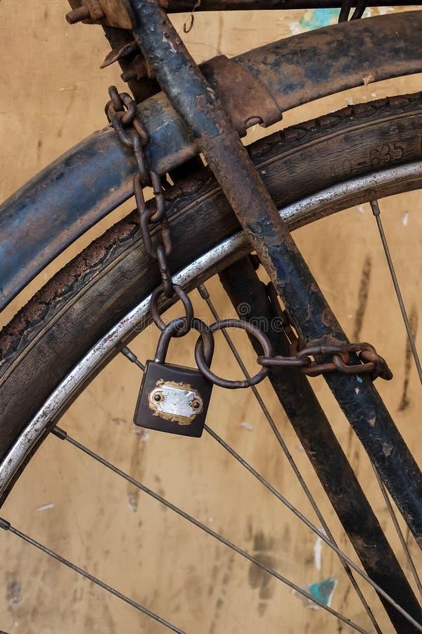 Παλαιό σκουριασμένο ποδήλατο με την αλυσίδα και κλειδαριά στη ρόδα στοκ εικόνα με δικαίωμα ελεύθερης χρήσης
