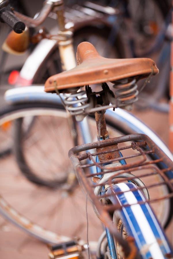 Παλαιό σκουριασμένο ποδήλατο στη Φινλανδία στοκ φωτογραφίες