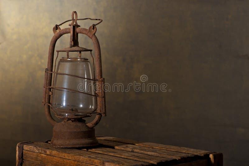 Παλαιό σκουριασμένο φανάρι στο ξύλινο γραφείο στοκ φωτογραφία με δικαίωμα ελεύθερης χρήσης