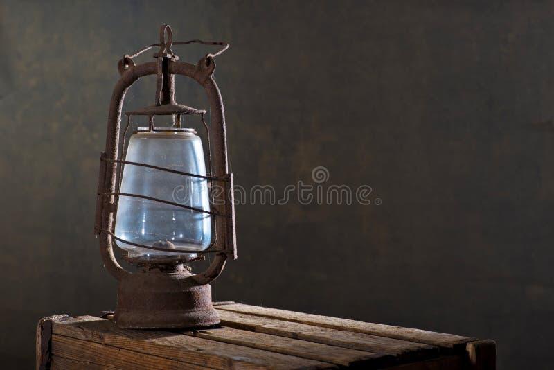 Παλαιό σκουριασμένο φανάρι στο ξύλινο γραφείο στοκ φωτογραφίες