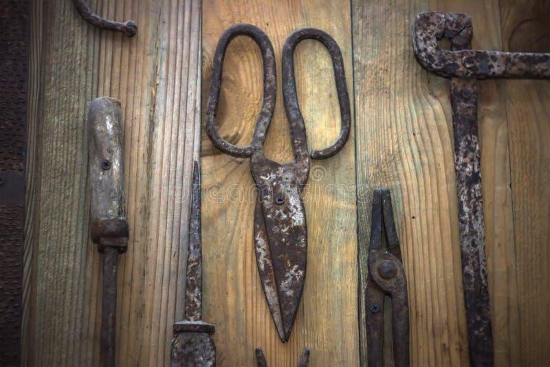 Παλαιό σκουριασμένο ψαλίδι, καρφιά σε μια ξύλινη επιφάνεια, τοπ άποψη παλαιό εργαλείο στοκ φωτογραφίες με δικαίωμα ελεύθερης χρήσης