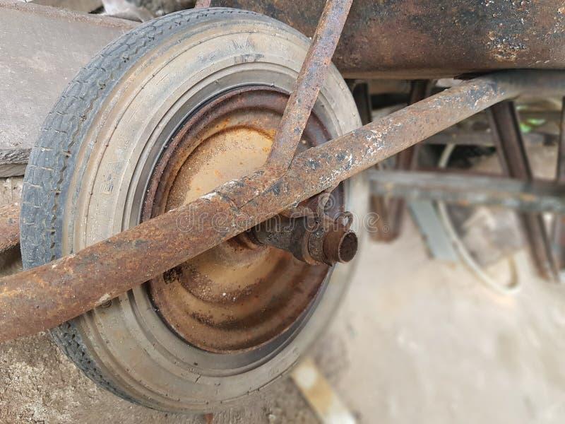 Παλαιό σκουριασμένο wheelbarrow r στοκ φωτογραφίες με δικαίωμα ελεύθερης χρήσης