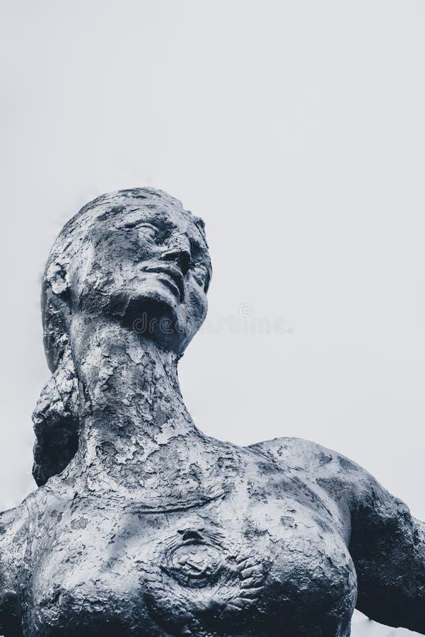 Παλαιό σοβιετικό μνημείο, θηλυκό athlet στοκ εικόνες