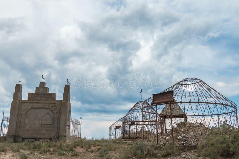 Παλαιό σοβιετικό νεκροταφείο εποχής με τους οξυδώνοντας τάφους στην αλπική έρημο κοντά σε Bokonbayevo, Κιργιστάν στοκ εικόνα