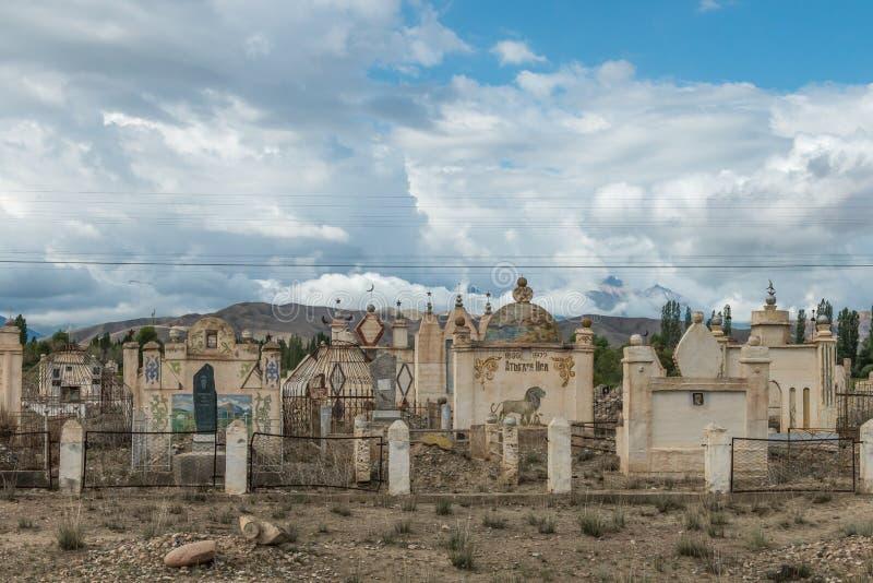 Παλαιό σοβιετικό νεκροταφείο εποχής με τους οξυδώνοντας τάφους στην αλπική έρημο κοντά σε Bokonbayevo, Κιργιστάν στοκ εικόνες