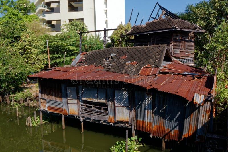 Παλαιό σπίτι κοντά στο κανάλι στη Μπανγκόκ στοκ φωτογραφία
