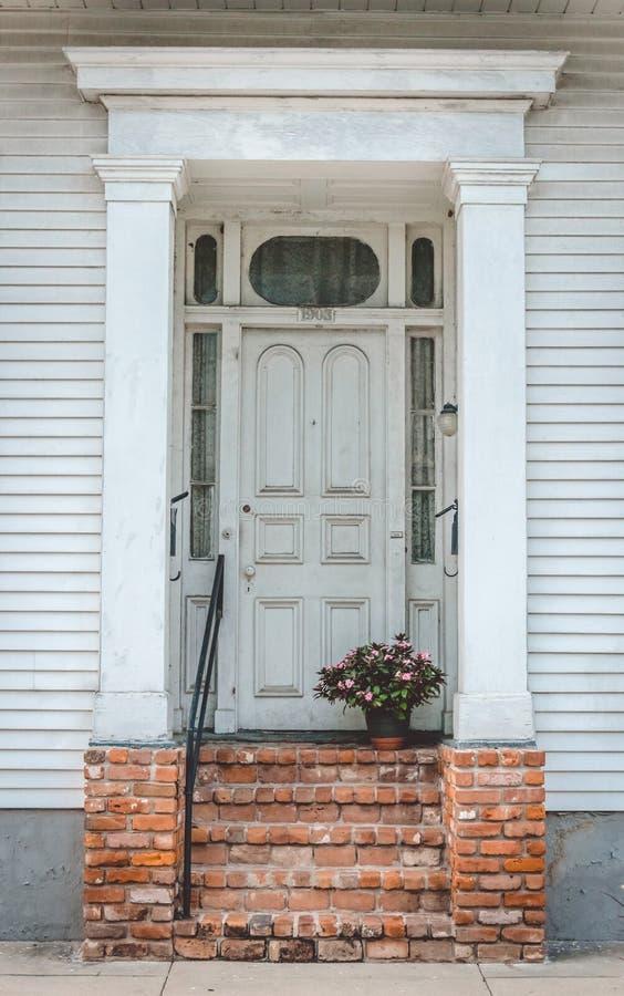 Παλαιό σπίτι στη γαλλική συνοικία, Νέα Ορλεάνη αρχαία πόρτα ξύλινη στοκ φωτογραφίες με δικαίωμα ελεύθερης χρήσης