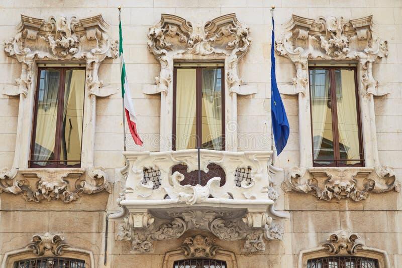 Παλαιό σπίτι στο Μιλάνο με τις bas-ανακουφίσεις στοκ εικόνες